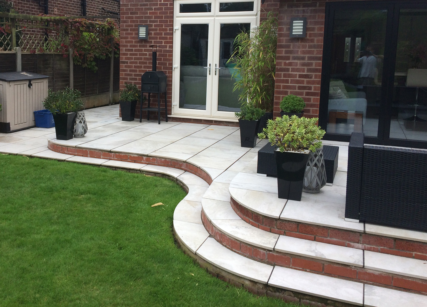 Modern curved patio with steps